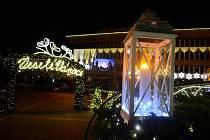 Takto vypadají Vánoční trhy na 1. náměstí v Mostě v noci, kdy na nich není ani noha.