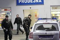 Policie a strážníci u přepadené benzínky v Mostě.