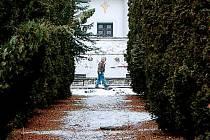 KRÁSA JEN NA PRVNÍ POHLED. Mezinárodní památník obětem II. světové války na mosteckém hřbitově je kulturní památkou od roku 1987. Špičkové dílo české moderny ničí spodní voda.