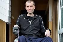 Petr Junek se svým novým vozíkem. Elektrickým.