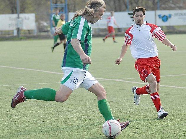 Rezerva Souše (v zeleném dresu František Baran) bude hrát na trávě roudnického béčka.