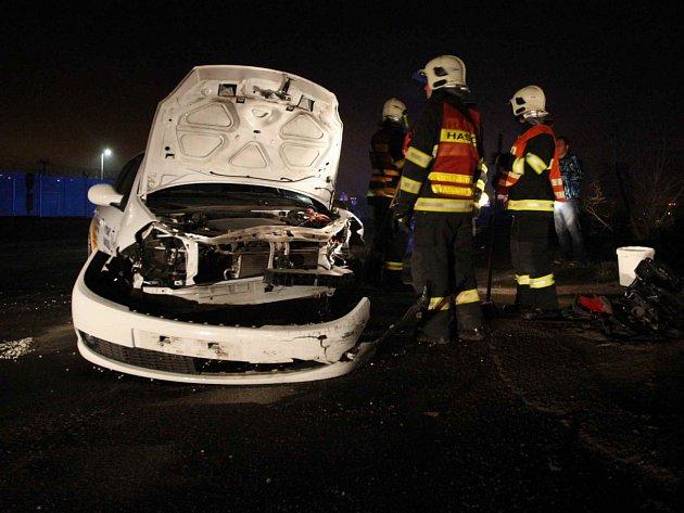 Hasiči odstraňují následky dopravní nehody