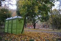 Mobilní toalety používané obvykle při jarmarcích vypadají u drahého 3D bludiště v mosteckém parku Šibeník podivně.