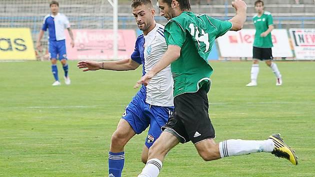 Fotbalisté Mostu (v zeleném) padli ve Znojmě 0:1.