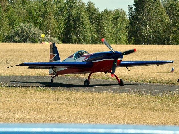Až do neděle budou trénovat na mosteckém nebi členové USA Avanced Aerobatic Teamu.