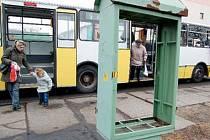"""HLAVNĚ NEZAKOPNOUT. Obyvatelé Čepiroh vystupují z """"devítky"""". Kdo může, jezdí do města raději autem."""