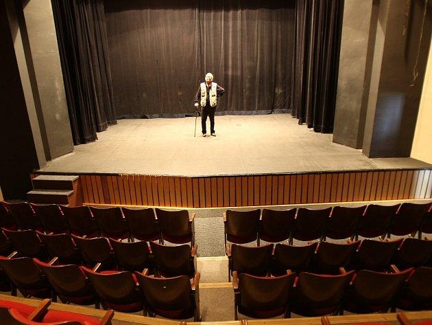 Režisér Jurij Galin v Divadle pod koulí v mosteckém Repre. V sále, který do roku 2010 patřil městu, se kdysi také promítaly filmy. Teď umělci z Litvínova utřeli prach a obnovili provoz.