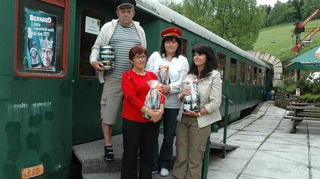 Výherci z řad čtenářů. Bohumil Huml s dárkovým balením piva Bernard a Zdeňka Vichová, Eva Vaňková a Marcela Valaštěková s dárkovými baleními vín.