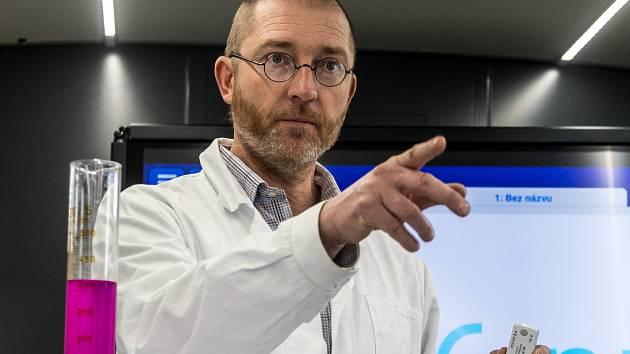 Nadace Unipetrol společně se sdružením Eduteam, který provozuje unikátní výukový autobus s názvem EDUbus, zahájilo měsíční chemickou roadshow