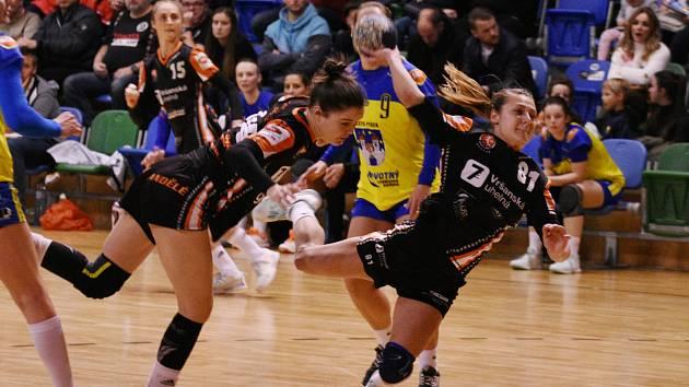 Katarína Kostelná střílí v posledním zápase na branku Písku. Vedle stínuje spoluhráčka Veronika Mikulášková.