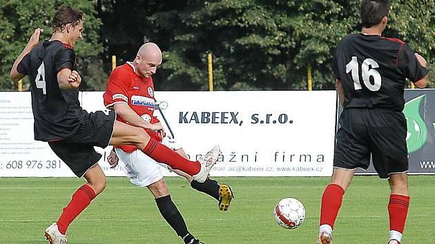 Vladimír Wagner pálí na branku Brozan. Po téhle ráně padl gól.