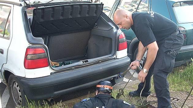 Strážníci při záchraně klíčů od auta, které spadly do hlubokého kanálu.