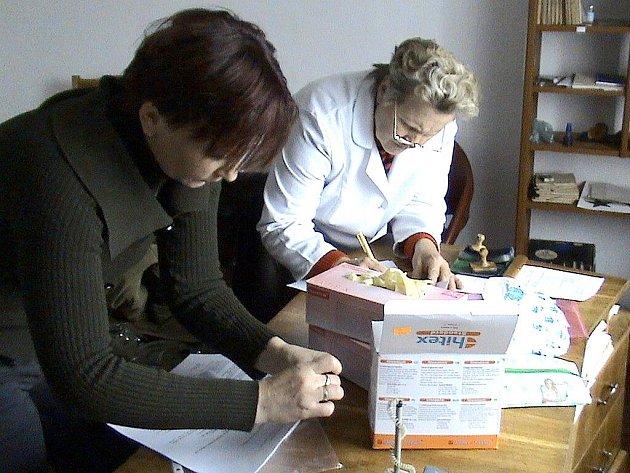 Rozdělování pomoci v nemocnici.