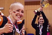 Vlevo je Petra Maňáková a vpravo její spoluhráčka a brankářka Dominika Müllnerová. Těmito úsměvy obě hýřily po zisku šestého českého titulu v řadě, který slavily v mostecké sportovní hale.