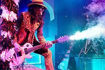 Adam Bomb používá při koncertech pyrotechnické efekty.