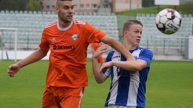 Mostecký fotbalový klub (vpravo) hraje netradičně v neděli. V sobotu se totiž na jeho stadionu koná mezinárodní turnaj Memoriál Václava Ježka.