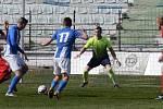 Mostecký fotbalový klub (v pruhovaném) podlehl doma Ostrovu po penaltách 3:4.