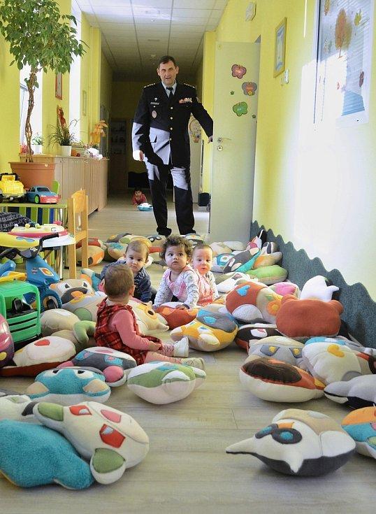 Ředitel Věznice Bělušice Roman Mišák přivezl do Kojeneckého ústavu v Mostě několik pytlů plyšových hraček
