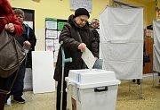 """""""Je to naše povinnost,"""" řekla před volební místností pětaosmdesátiletá Ester, která přišla volit o berlích na 8. ZŠ v Mostě."""