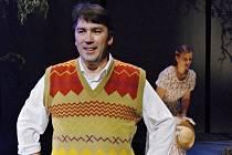 Herec Svatopluk Schuller se vrací na scénu mosteckého divadla v brilantní komedii Habaďúra. Na snímku je v inscenaci Povedený tatínek a my, v které jej mostečtí diváci viděli naposledy.