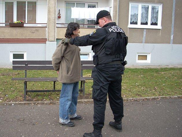 Zvrhlík, který se uspokojoval před dětmi, byl dopaden mosteckými strážníky.