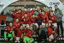 Česká reprezentace v malé kopané se raduje po triumfu v Tunisu.