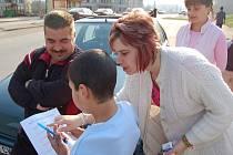 Děti z chanovské základní školy dělají dotazníkový průzkum mezi obyvateli Chanova. Ptají se na život na tomto sídlišti.