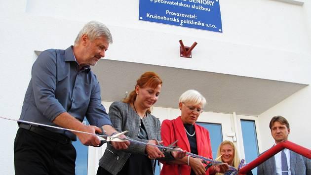 Pásku přestřihli (zleva) zástupce stavební společnosti Zdeněk Brabec, starostka Kamila Bláhová a jednatelka polikliniky Hana Sošková.