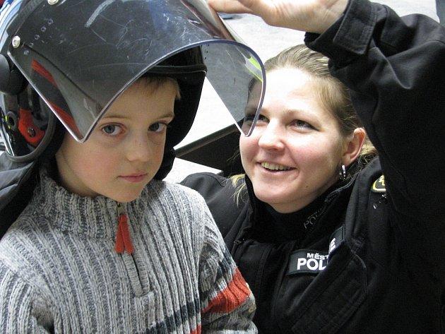 Děti ze školky na exkurzi u litvínovských strážníků.