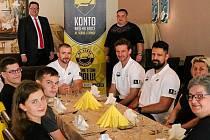 Konto našeho srdce a hotel Cascade Most pozvali fanoušky na večeři s hráči A-týmu.