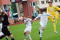 Mostečtí fotbalisté (v bílém) porazili venku Sokolov 2:0.