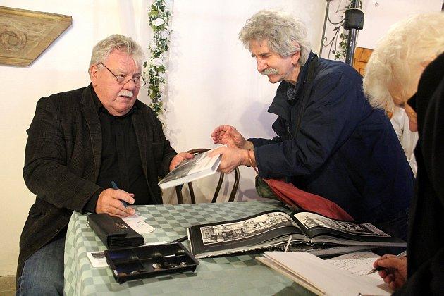 Josef Lanc (vlevo) při autogramiádě.