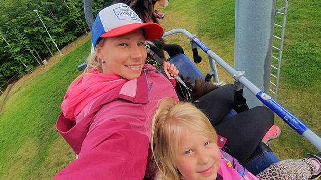 Alena Dalecká, jednatelka sportovní a zážitkové agentury Zimlet Klíny, se svou dcerou.