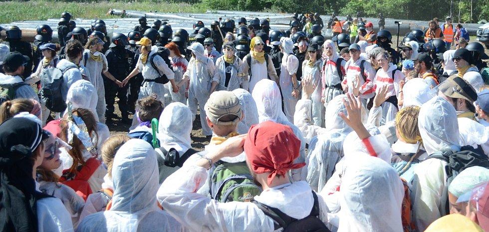 Pochod demonstrantů do dolu Bílina na Mostecku.