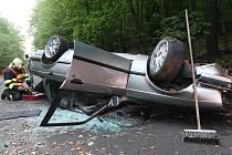 Řidič BMW skončil na střeše, na místě zasahují hasiči