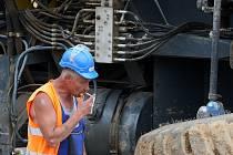 zaměstnání je deset tisíc lidí. Nová naděje přichází od Žatce, kde se bude stavět továrna na pneumatiky.