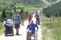 DOJELI SI PRO NOVÝ ČESKÝ REKORD. Bezbariérovost turistické stezky ze Zlatého návrší k prameni  Labe prověřilo 33 vozíčkářů. Vytvořili tak nový český rekord.