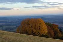 Pohled z vrcholu Kozákova k Troskám 5. října 2008 vpodvečer.