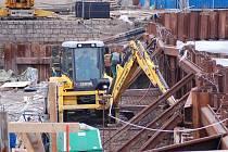 Stavba sklopného jezu a nábřežní zdi na Jizeře v Turnově u Juty.