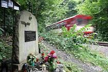Pomníček u železničního mostu ve Spálově připomíná 14 obětí tragédie z 25. srpna 1990.