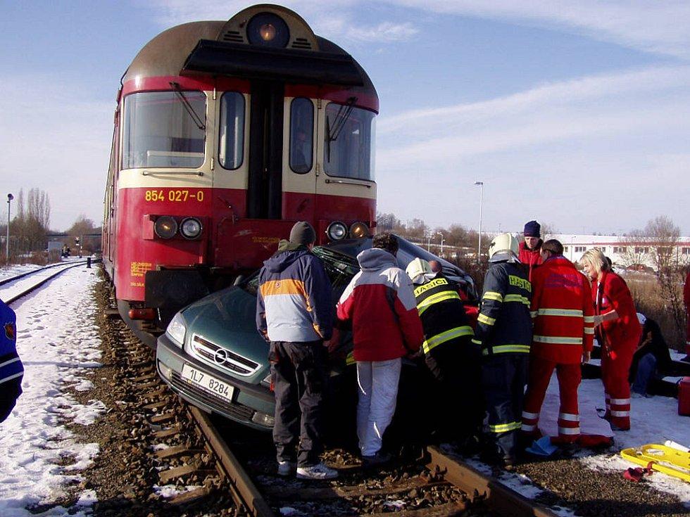 Nehoda na železničním přejezdu v Příšovicích. Řidič osobního vozu zraněn.