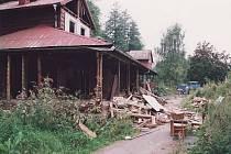 Dolánky, léto 2001. Bourání plovárenských staveb.