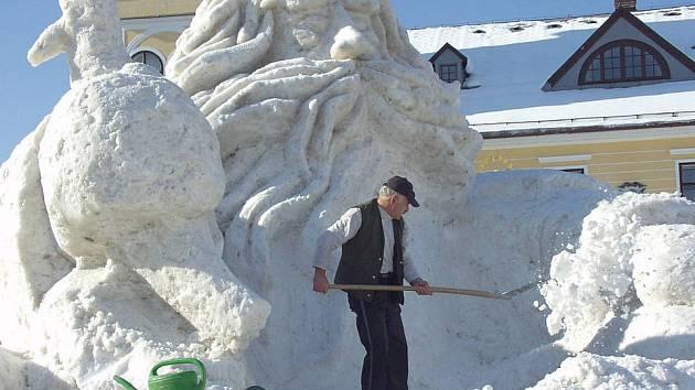 Sněhový Krakonoš Josefa Dufka na jilemnickém náměstí.