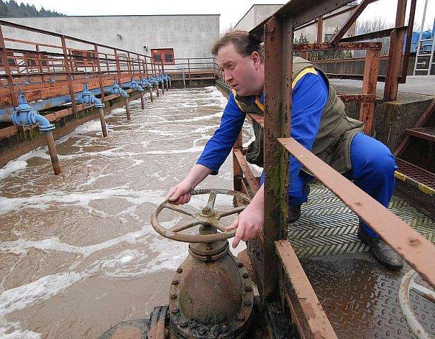 Pracovník čističky Milan Kraus obsluhuje stávající zastaralou technologii.
