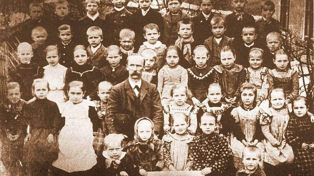 Josef Šír se svou třídou v Horních Štěpanicích počátkem 20. století.