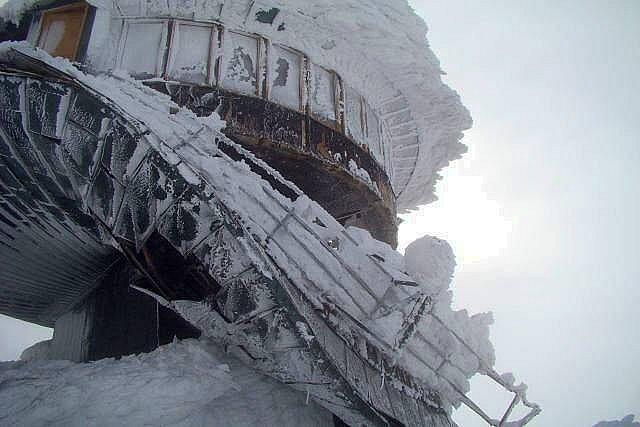 Polská bouda na Sněžce. Pod tíhou sněhu se zřítila střecha.