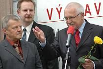 Václav Klaus se starostou Lomnice Vladimírem Mastníkem a ředitelem muzea Janem Drahoňovským.