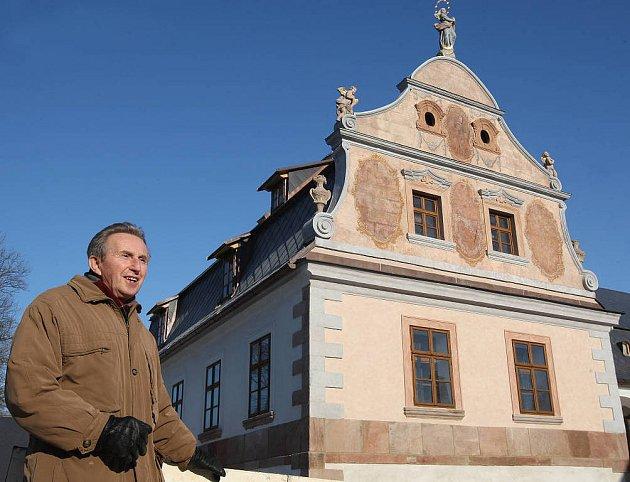 Plátenický dům v Horní Branné, vpředu kronikář obce Jaroslav Dejmek.