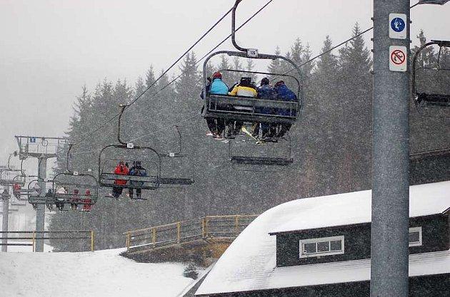 Na horách začalo znovu sněžit.
