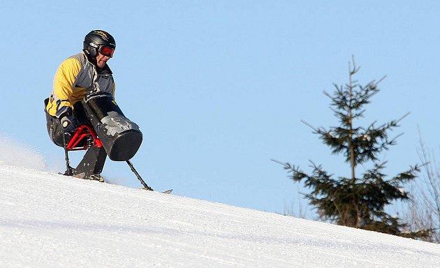 Závody hendikepovaných lyžařů.